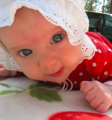 Vauva kesähatussa ulkona.